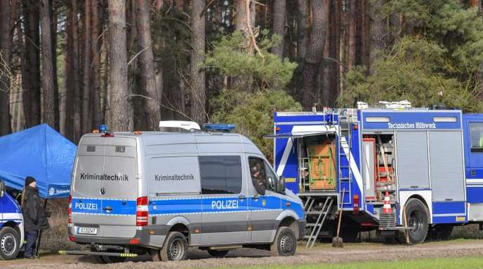 Fahrzeuge des THW und der Kriminaltechnik stehen am 12. März während der Suche nach der vermissten Rebecca an einem Waldgebiet im Landkreis Oder-Spree.