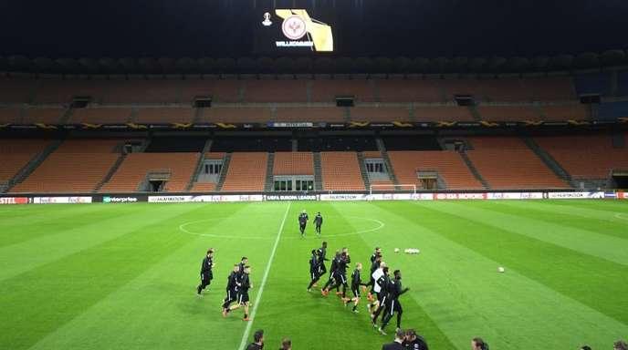 Die Mannschaft von Eintracht Frankfurt läuft sich beim Abschlusstraining im Guiseppe-Meazza-Stadion warm.