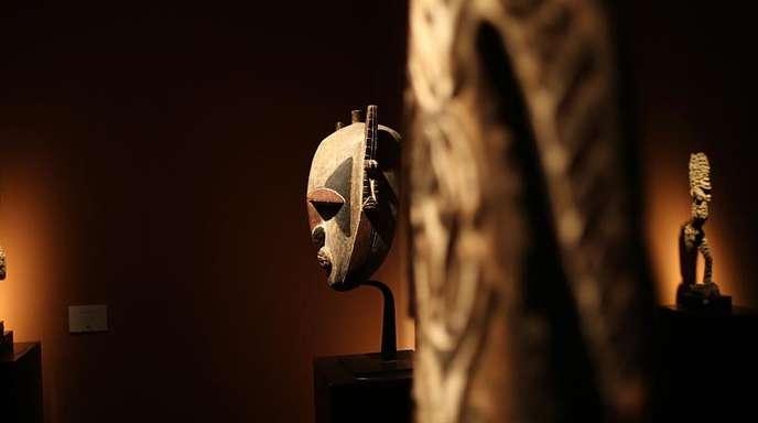Eine Maske aus Papua-Neuguinea (m.) auf dem Stand der Galerie Monbrison in Maastricht.