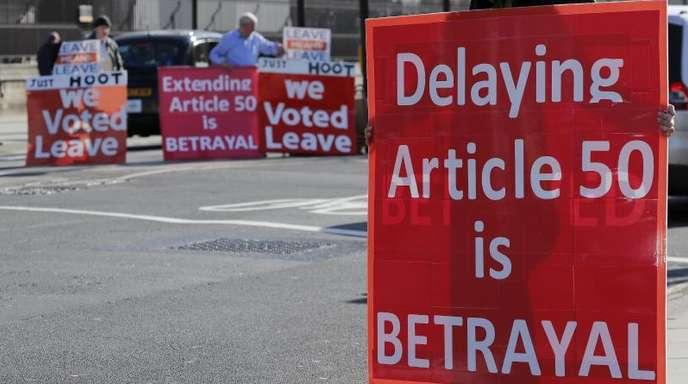 Pro-Brexit-Demonstranten vor dem britischen Parlament: «Verschieben des Artikel 50 ist Betrug». Der Artikel regelt den Austritt eines Landes aus der EU.