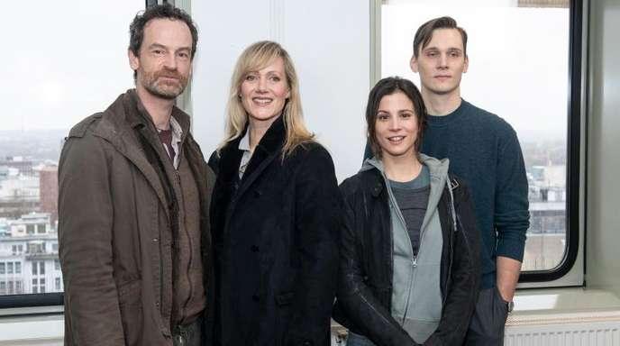 Die Schauspieler Jörg Hartmann (l-r), Anna Schudt, Aylin Tezel und Rick Okon bei Dreharbeiten in Dortmund.