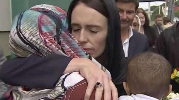 Jacinda Ardern spendet bei Besuch einer Moschee in Wellington Trost.