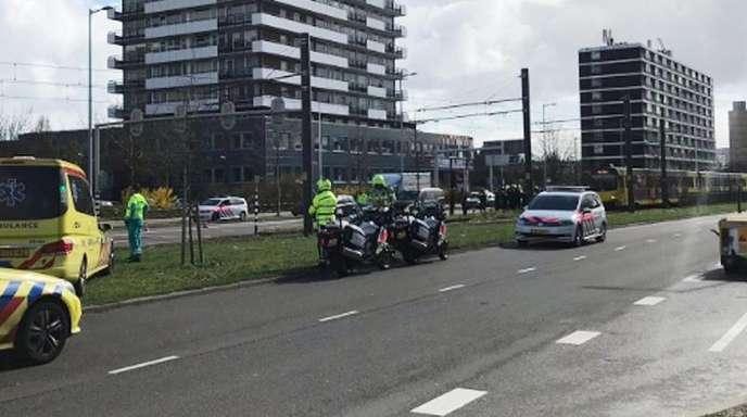 Krankenwagen stehen auf einer Straße in Utrecht. Nach Angaben der Polizei sollen hier in einer Straßenbahn Schüsse gefallen sein.