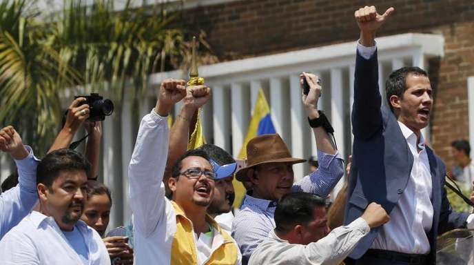 Venezuelas selbst ernannter Interimspräsident Juan Guaidó (r) und sein Büroleiter Roberto Marrero (l) bei einer Demonstration in Valencia.