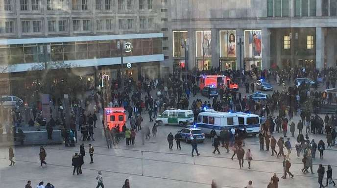 Menschengruppen, Polizeifahrzeuge und Krankenwagen stehen auf dem Alexanderplatz. Nach einem Aufruf in sozialen Medien ist es dort zu einer Massenschlägerei gekommen.