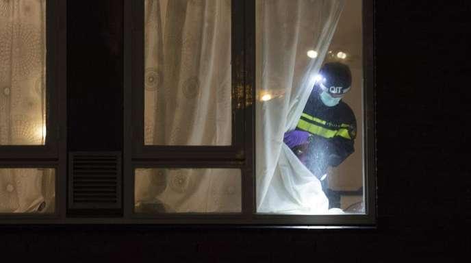 Das Haus, in dem der mutmaßliche Schütze verhaftet wurde, wird nach Hinweisen durchsucht.