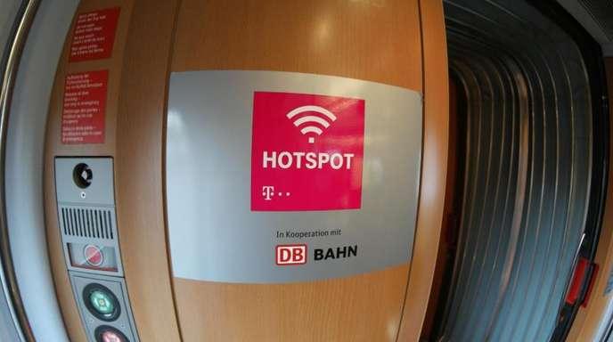 Hotspot-Zeichen in einem ICE. Einem Bericht zufolge soll es kostenloses WLANauch in allen IC-Zügen ab Ende 2021 geben.