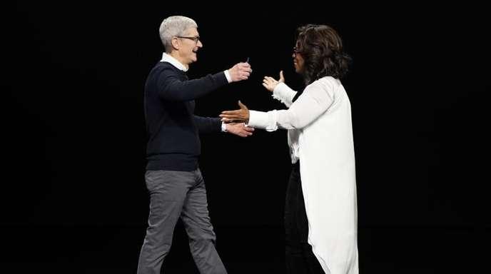 Tim Cook, Vorstandsvorsitzender von Apple, und Oprah Winfrey, Moderatorin aus den USA, begrüßen sich bei der Vorstellung neuer Apple-Produkte auf der Bühne. Apple hat einen eigenen Video-Streamingdienst mit dem Namen «Apple TV Plus» vorgestellt. Foto