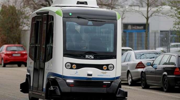 """Ein autonom fahrender Bus von """"easy mile"""" fährt über den Busbahnhof. Die neue Linie in Monheim ist als Zubringer zu den klassischen Hauptbuslinien gedacht."""
