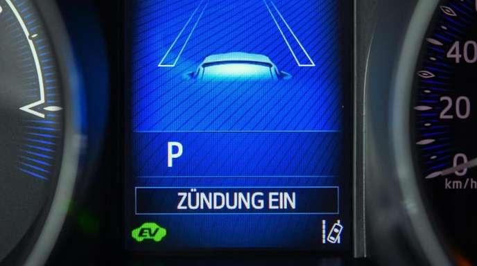 Neue Autos sollen für mehr Sicherheit im Straßenverkehr ab 2022 verpflichtend mit einer ganzen Reihe elektronischer Kontrollsysteme wie Spurhalte- und Tempoassistenten ausgestattet werden.