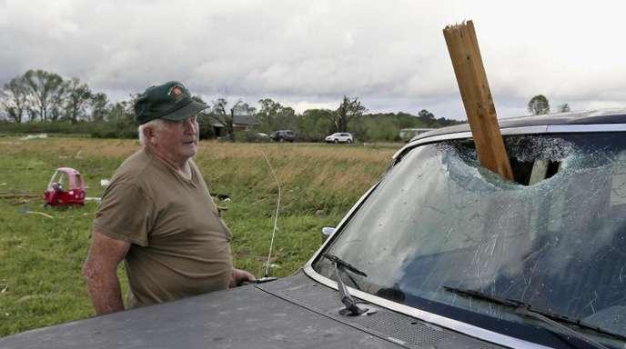 Glück gehabt: Dieser Autobesitzer glaubt seinen Augen nicht. Auch hier in Hamilton in Mississippi wurden Dutzende Häuser dem Erdboden gleichgemacht.