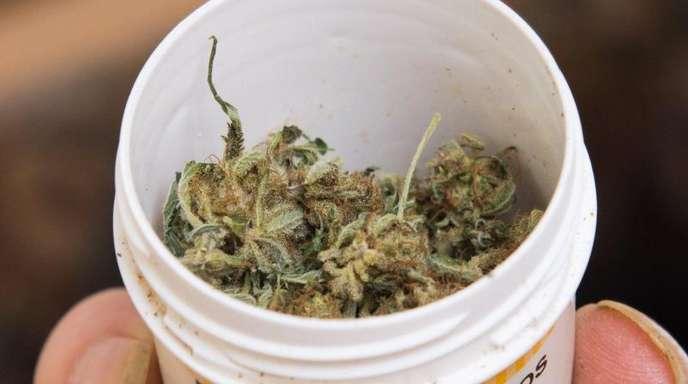 Wer Cannabis konsumiert, hat bei Operationen häufig einen höheren Bedarf an Narkosemitteln.