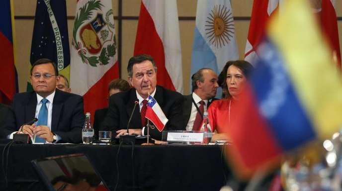 Chiles Außenminister Roberto Ampuero (2.v.l.) spricht bei dem Treffen der Lima-Gruppe in Santiago de Chile.