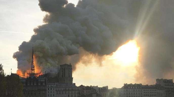 Helfer konnten einige Schätze unermesslichen Wertes nach dem verheerenden Brand in Sicherheit bringen.