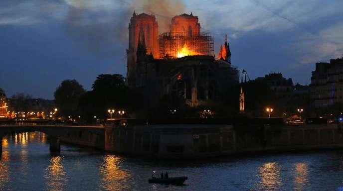 Die Pariser Kathedrale Notre-Dame steht in Flammen.