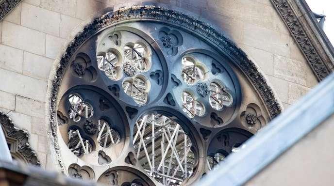 Die verkohlte Fassade der Pariser Kathedrale Notre-Dame.