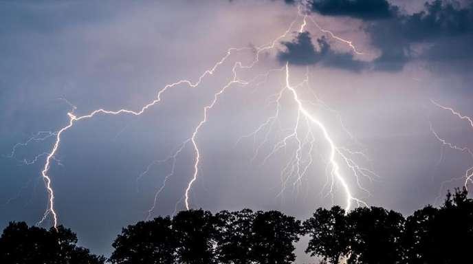 Dank eines Radioteleskopes aus tausenden einfachen Antennen haben Wissenschaftler herausgefunden, warum Gewitterwolken mehrfach blitzen.