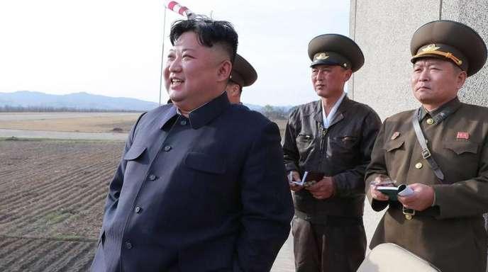 Kim Jong Un (l), der eine Flugübung der Koreanische Volksarmee verfolgt.