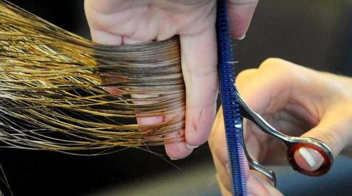 Höhere Löhne für Friseure lassen die Preise fürs Haareschneiden steigen.