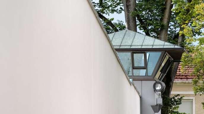 Suchscheinwerfer an einem Wachturm der Justizvollzugsanstalt (JVA) München Stadelheim.