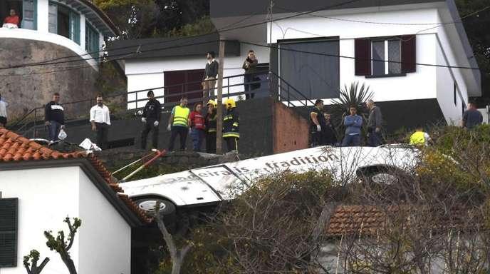 Rettungskräfte sind nach dem schweren Busunglück auf Madeira im Einsatz.
