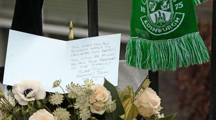 Blumen und eine Karte am Tatort erinnern an Bradley Welsh.