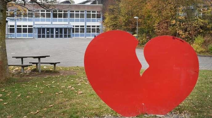 Die Skulptur eines gebrochenen Herzens vor dem Schulzentrum im sauerländischen Wenden: In der Nähe hatte ein 14-Jähriger seinen zwei Jahre älteren Mitschüler erwürgt.