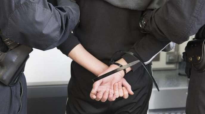 Bundesweit gibt es über 600 noch nicht vollstreckte Haftbefehle gegen Verdächtige oder Verurteilte aus der rechten Szene.