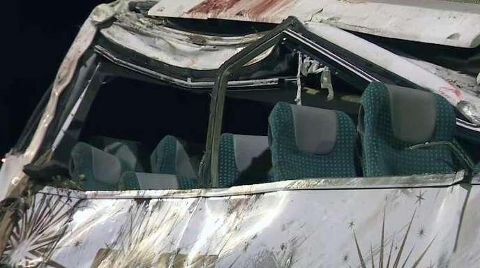 Blick auf die zerstörte Seite des auf Madeira verunglückten Touristenbusses.