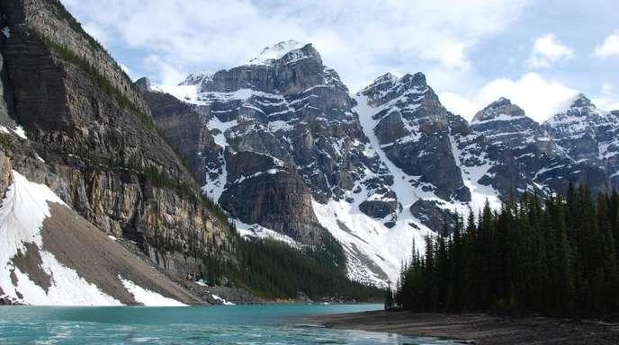 Schneebedeckte Berge im Banff-Nationalpark in der kanadischen Provinz Alberta.