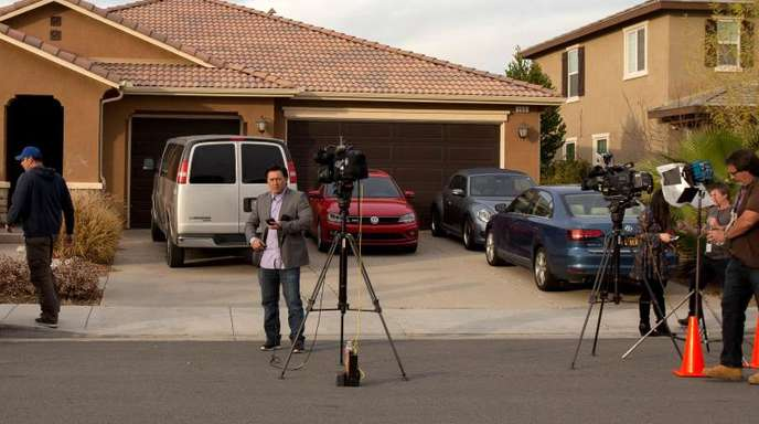 Medienvertreter stehen vor dem Haus in Perris, in dem das Ehepaar Turpin seine Kinder gefangengehalten hatte.