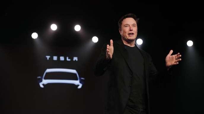 Elon Musk, Chef von Tesla, stellt das neue Tesla Model Y vor. Musk hält an seinem Plan fest, eine Robotaxi-Flotte aus Elektroautos der Firma aufzubauen.