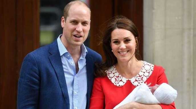 Der britische Prinz William und Herzogin Kate mit ihrem neugeborenen Sohn Prinz Louis vor dem St. Mary's Hospital im Stadtteil Paddington.