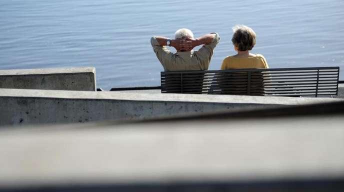 Ein Senioren-Paar auf einer Bank an der Elbe. Seit Juli 2014 können Arbeitnehmer nach mindestens 45 Jahren Einzahlung in die Rentenkasse bereits ab 63 Jahren abschlagsfrei in Rente gehen.