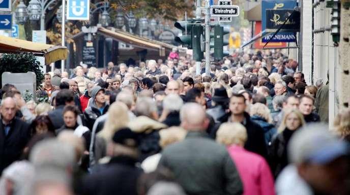 Einkaufsstraße in einer deutschen Großstadt. Die Vorbehalte gegen Asylsuchende steigen in Deutschland trotz sinkender Asylbewerberzahlen an.