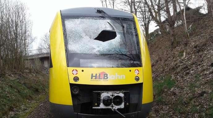 Die zerstörte Frontscheibe des Zuges nach der Gullydeckel-Attacke zwischen Erndtebrück und Bad Berleburg.