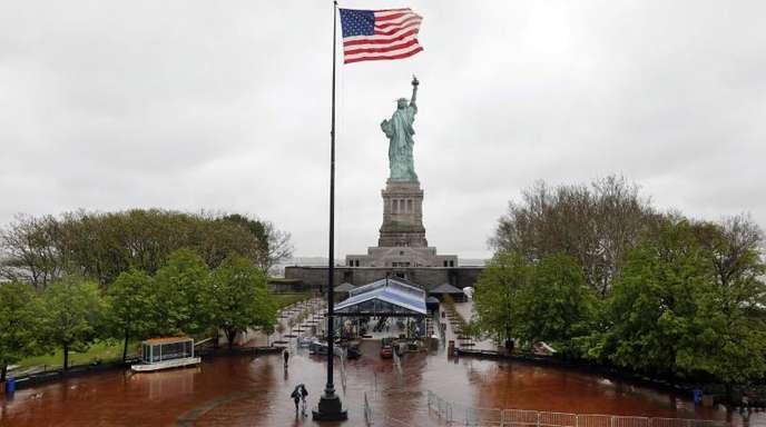 Blick von der Dachterrasse des neuen Museums auf die Freiheitsstatue auf Liberty Island.