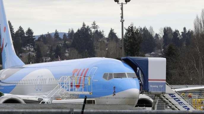 Ein Flugzeug vom Typ Boeing 737 Max 8 das für die Reisegesellschaft TUI gebaut wird steht auf einer Außenfläche des Fertigungswerks von Boeing.