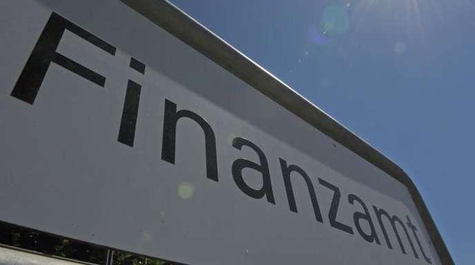 Das Schild eines Finanzamtes.
