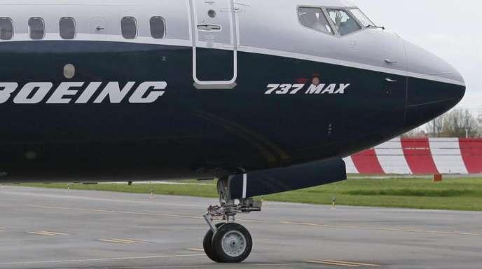 Ein Pilot winkt aus der Pilotenkabine einer Boeing 737 MAX 9.
