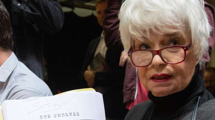 Ingrid Steeger beim Probenbeginn in Bad Hersfeld mit dem Manuskript für das Stück «Der Prozess».