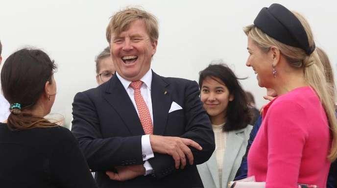 Das niederländische Königspaar Willem-Alexander (M.) und Máxima (r.) scheint Spaß zu haben.