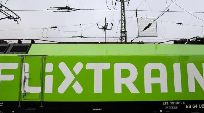 Der neue Fernzug Flixtrain steht vor seiner Premierenfahrt auf dem Bahnhof Altona.