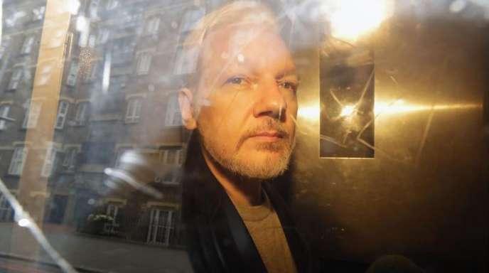 Julian Assange, Mitbegründer der Enthüllungsplattform WikiLeaks, verlässt ein Gericht in London.
