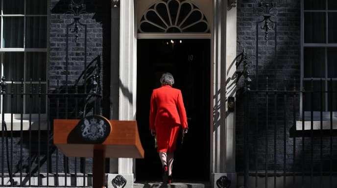 Premierministerin Theresa May geht nach ihrer Presseerklärung zurück in die 10 Downing Street. Sie will ihr Amt als Parteichefin am 7. Juni abgeben.