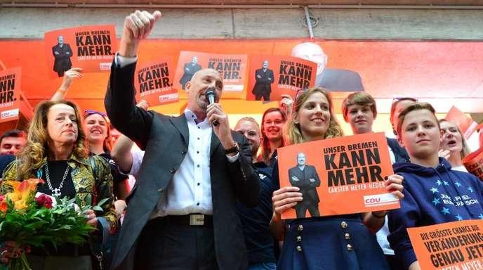Er hat die Sensation geschafft: Carsten Meyer-Heder, Spitzenkandidat der CDU, feiert Parteifreunden.