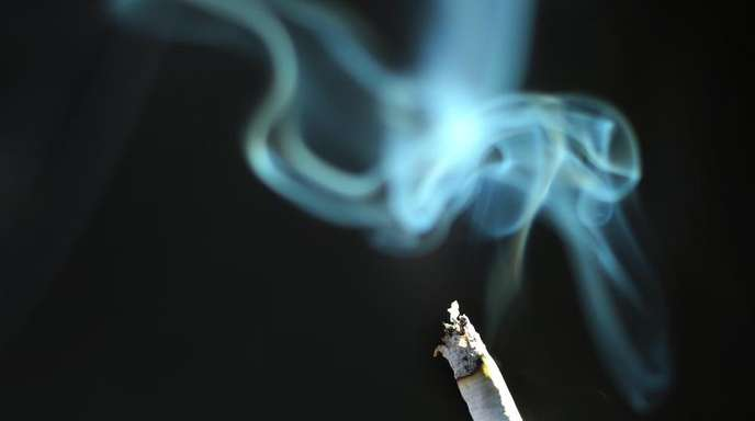 Der Rauch einer brennenden Zigarette. Nach den Gefahren des Rauchens und Passivrauchens nehmen Wissenschaftler jetzt den kalten Tabakrauch verstärkt in den Blick.