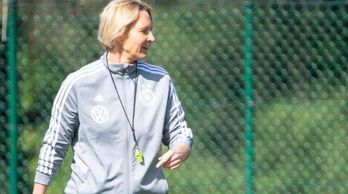 Bundestrainerin Martina Voss-Tecklenburg trifft zum WM-Auftakt mit ihrem Team auf China.