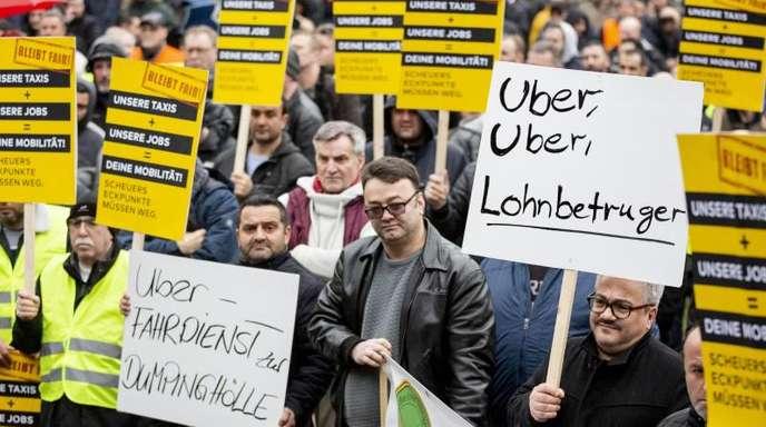 Protestierende Taxifahrer: Sie fürchten eine Bedrohung des Taxigewerbes.