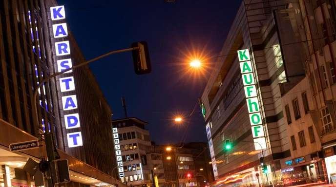 Filialen von Karstadt und Galeria Kaufhof liegen sich an einer Straße in Düsseldorf gegenüber.
